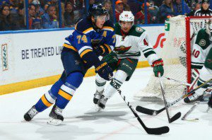 Blues T.J. Oshie möter Wilds Jared Spurgeron i en 1-1 situation.