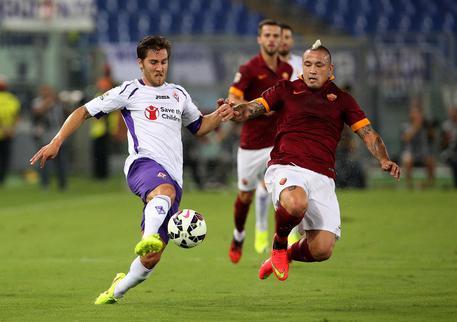 Roma's Radja Nainggolan (R) and Fiorentina's Joshua Brillante in action during the Italian Serie A soccer match AS Roma vs ACF Fiorentina at Olimpico stadium in Rome, Italy, 30 August 2014. ANSA/ALESSANDRO DI MEO