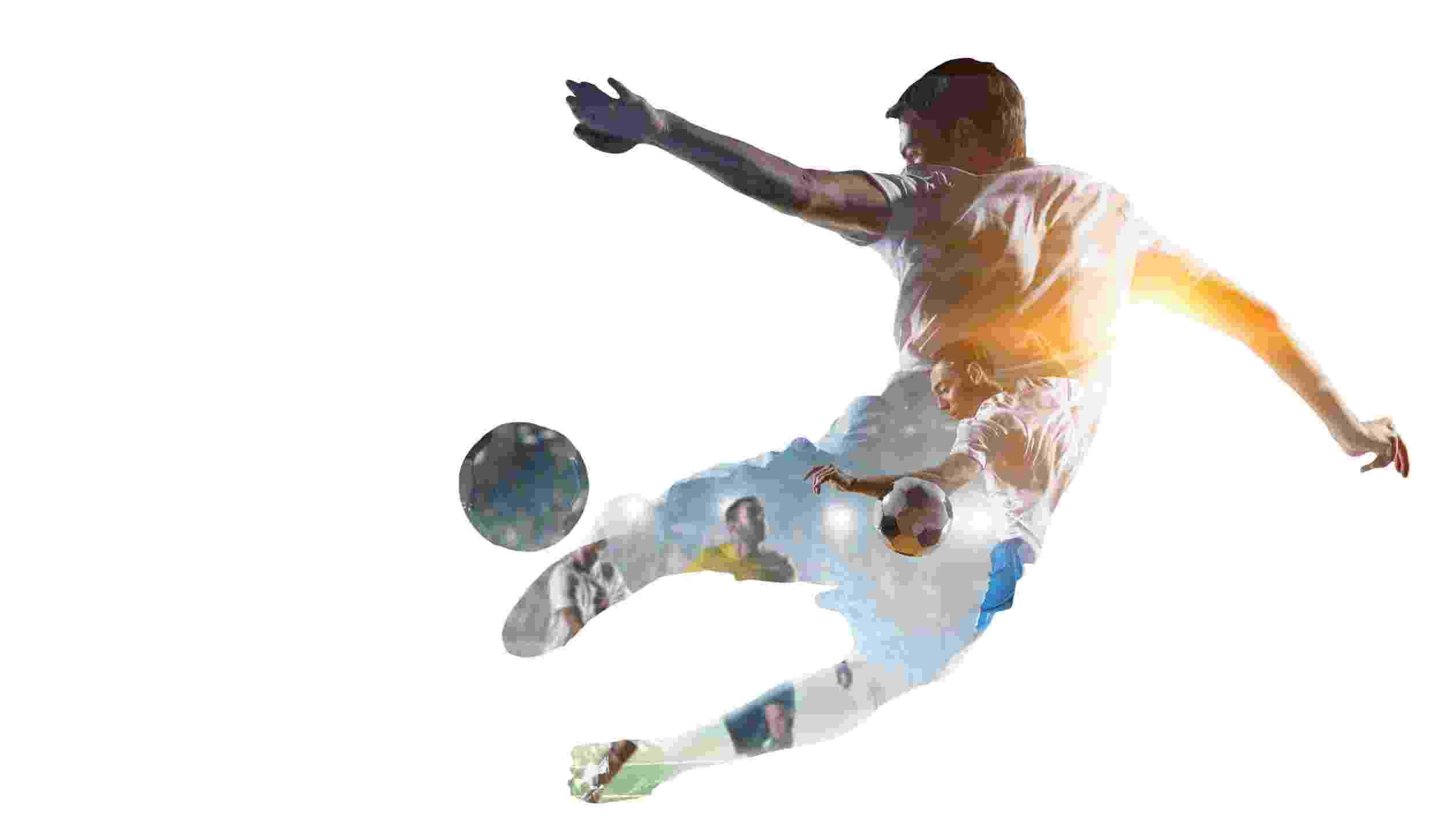 Spelare kickar fotboll